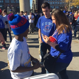A young business man sells refreshments to Cubs fans. (Photo: @exavierpope)